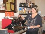 dr. Orbán Zsuzsa tulajdonos Mokarico kávét készít
