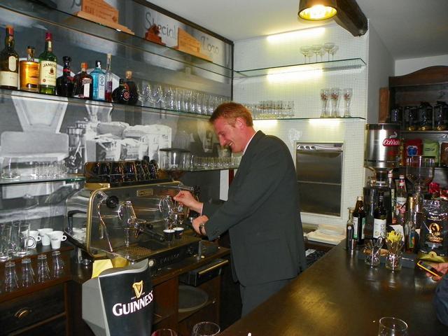 carraro úr kávét készít