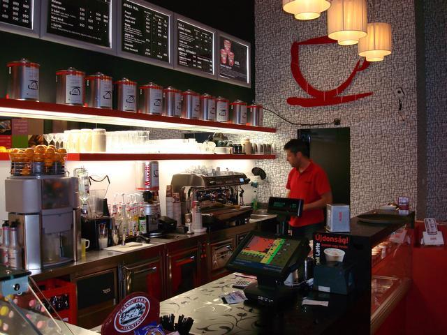 szamila musetti kávézó westend pult