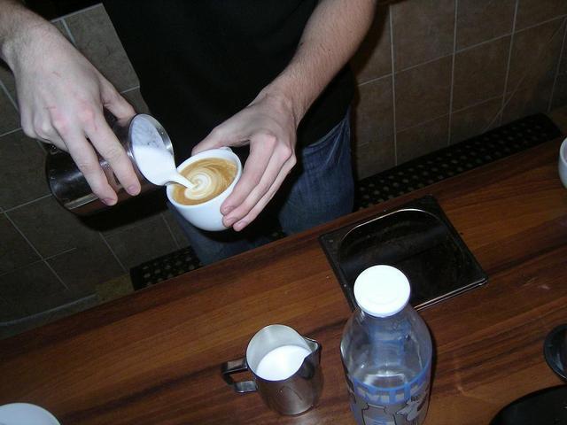 8gramm amatőr latte art verseny minta öntés