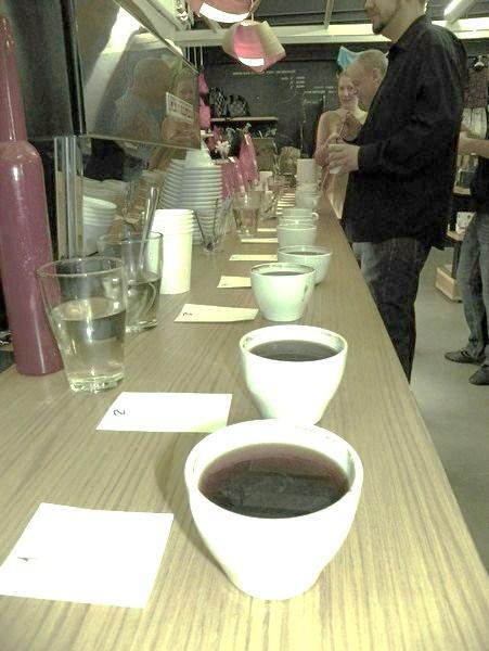 cupping a printa kávézóban kávék