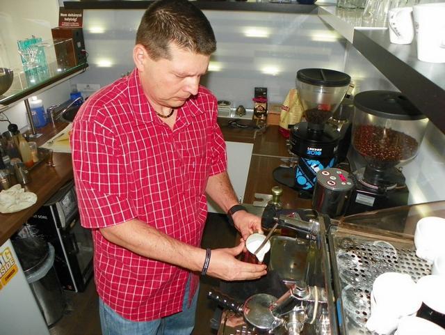 barista tanfolyam a kávé házában tejhabosítás