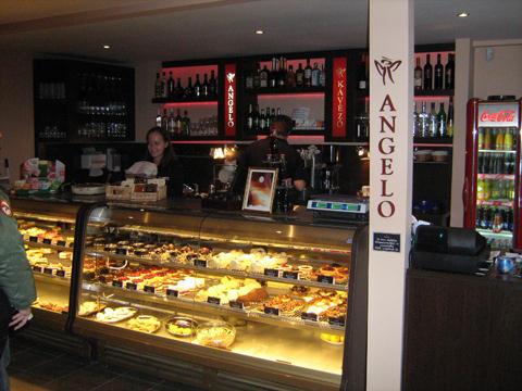 angelo kávézó és cukrászda süteményespult