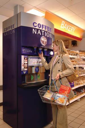 A Coffe Nation automatája egy szupermarket előterében.