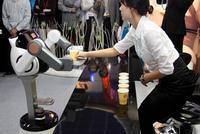 kávét szolgál fel a robot