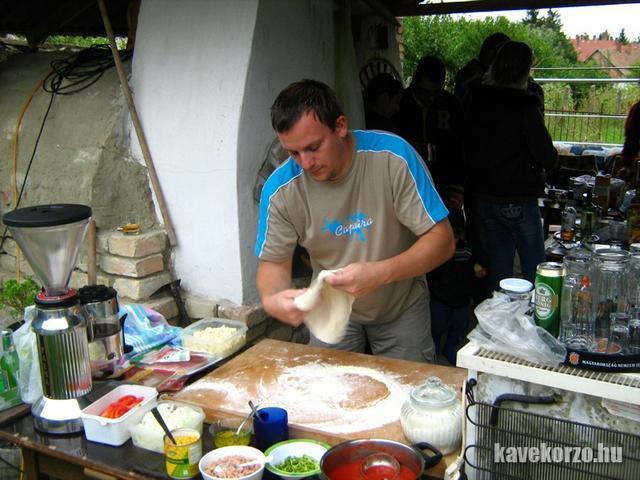 Luigi pizzát készít