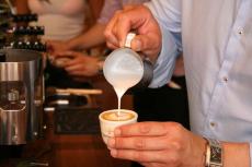 latte art tulipán öntés