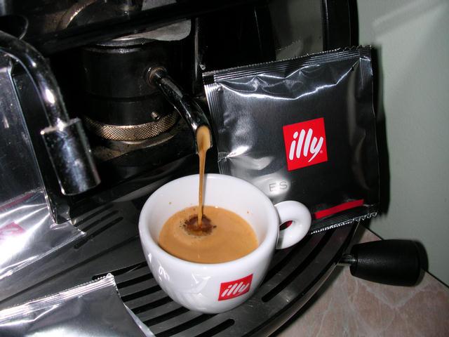 illy espresso piros pod csapolás